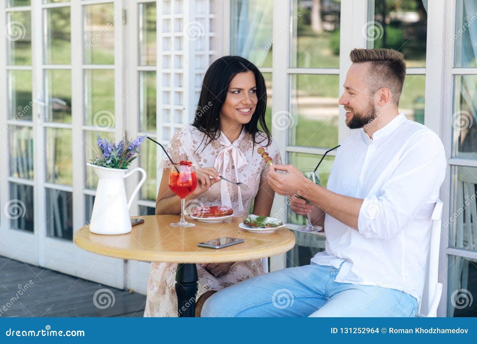 Los amantes almuerzan en un café Un hombre y una mujer acaban de comenzar fechar, van a los restaurantes, caminan, pasan el tiemp