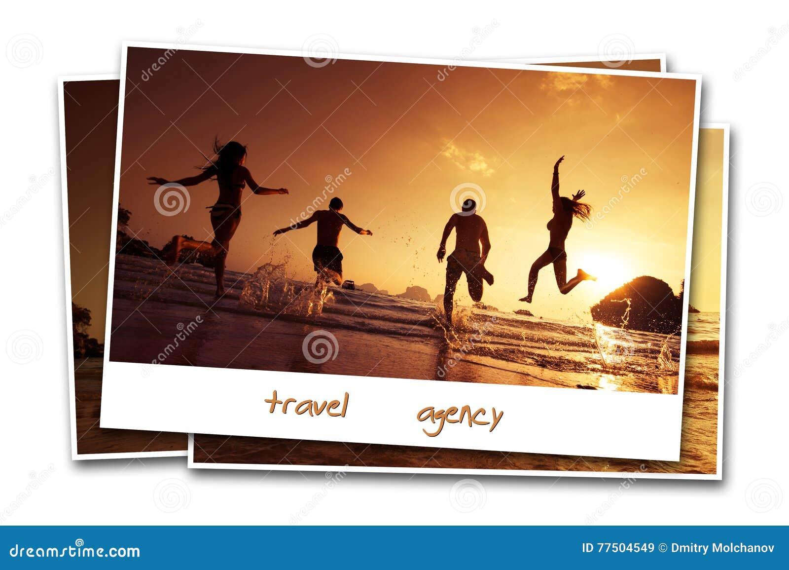 Los amigos del viaje varan el agua del contexto de la arena del concepto de la foto