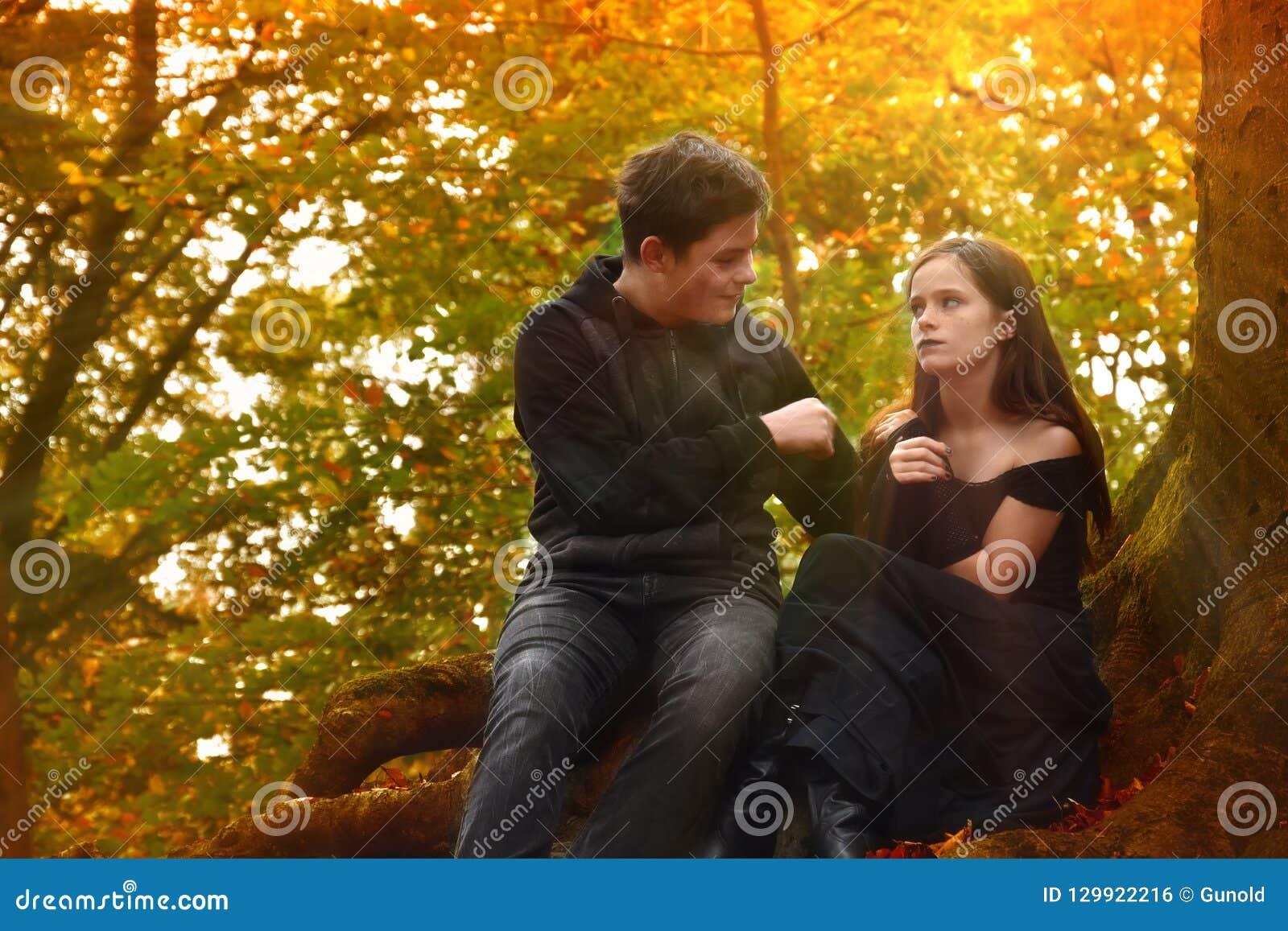 Los amigos disfrutan de un humor romántico en el bosque del otoño