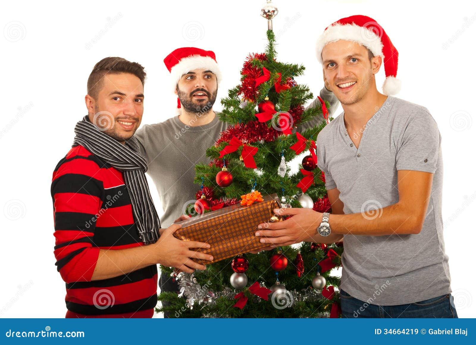 Los amigos felices celebran la Navidad