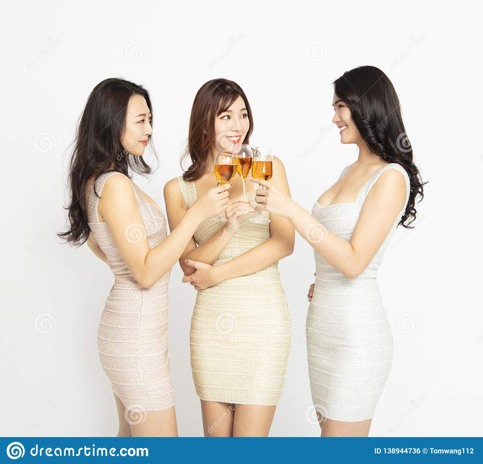 Los amigos femeninos hacen la tostada y celebran en el partido