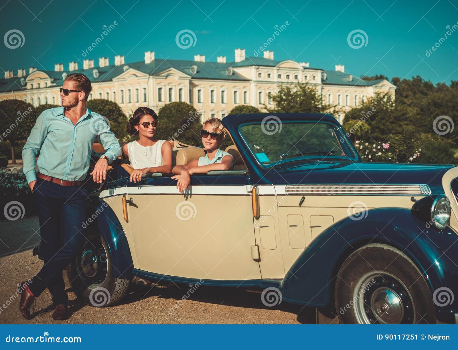 Los amigos ricos acercan al convertible clásico