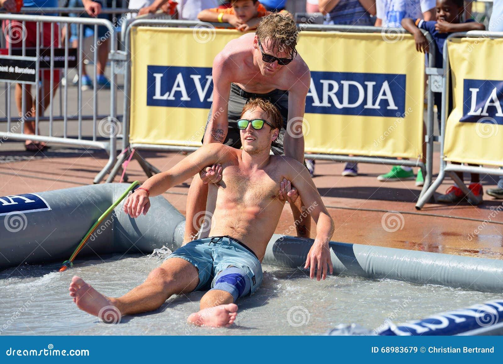Los amigos se divierten en la piscina en los deportes extremos Barcelona de LKXA