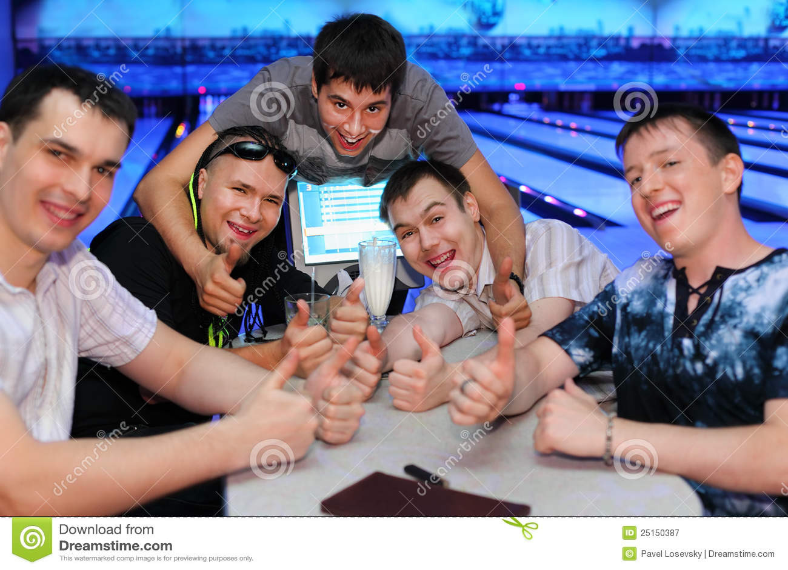 Los amigos se sientan en el vector y el pulgar para arriba en el bowling