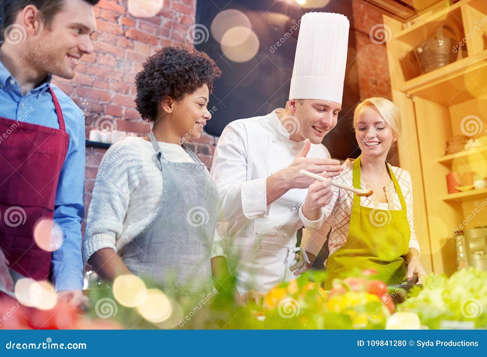 Cocinar Con Amigos   Los Amigos Y El Cocinero Felices Cocinan Cocinar En Cocina Foto De