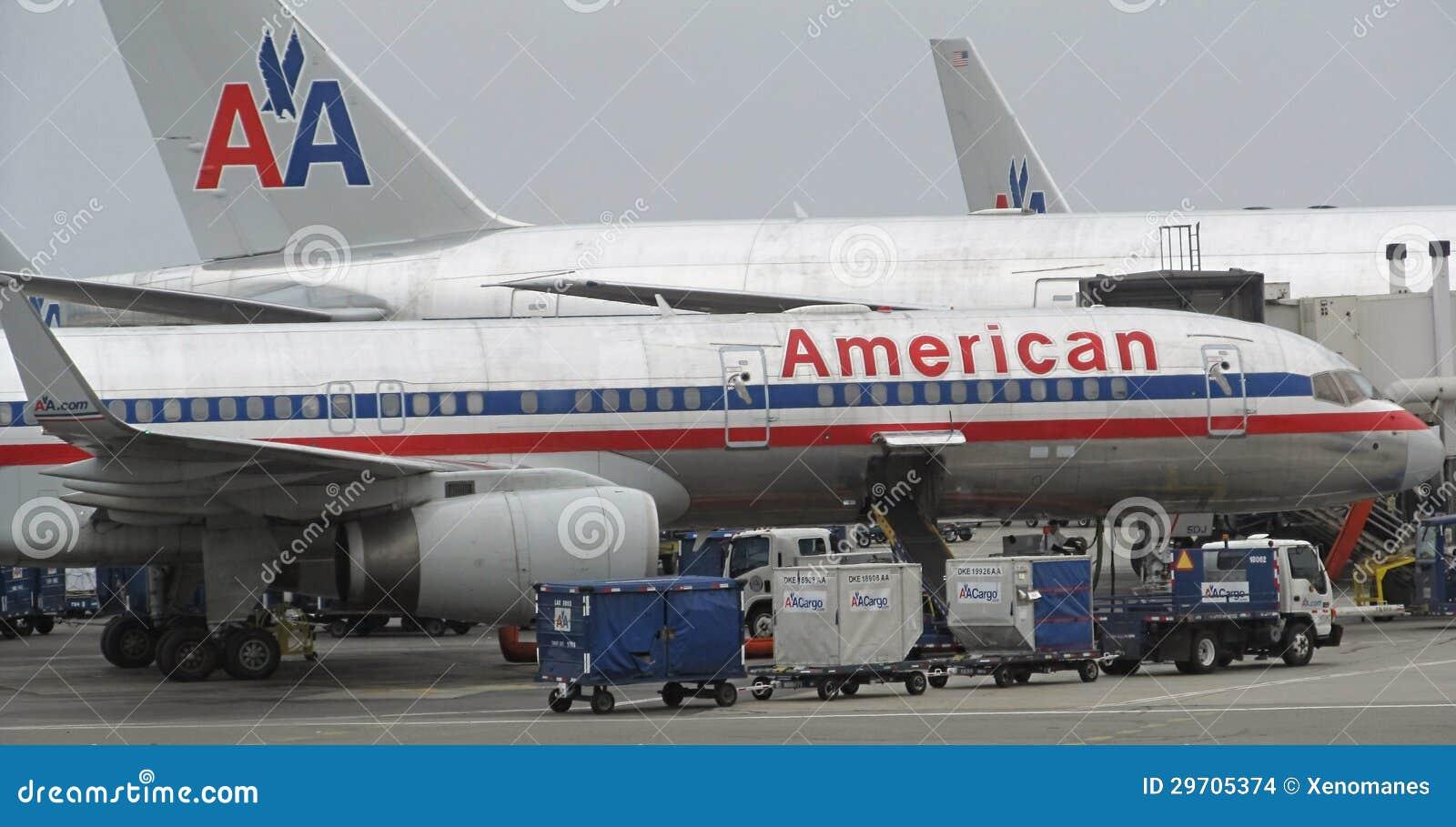 LOS ANGELES - AUG. 23: flera American Airlines hyvlar parkerat på SLAPPT