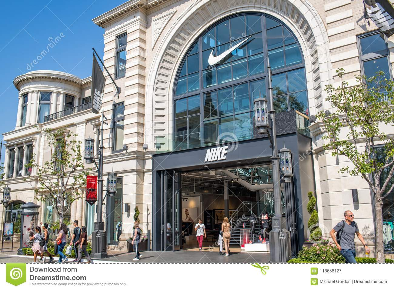 efficace alluvione di legno  Nike store in Los Angeles editorial photography. Image of nike - 118658127