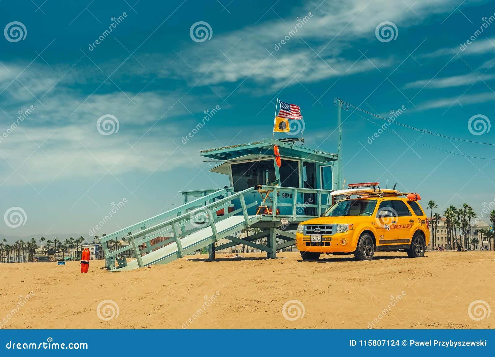 Los Angeles/California/USA - 07 22 2013: Leibwächterturm auf dem Strand mit gelbem Auto nahe bei ihm