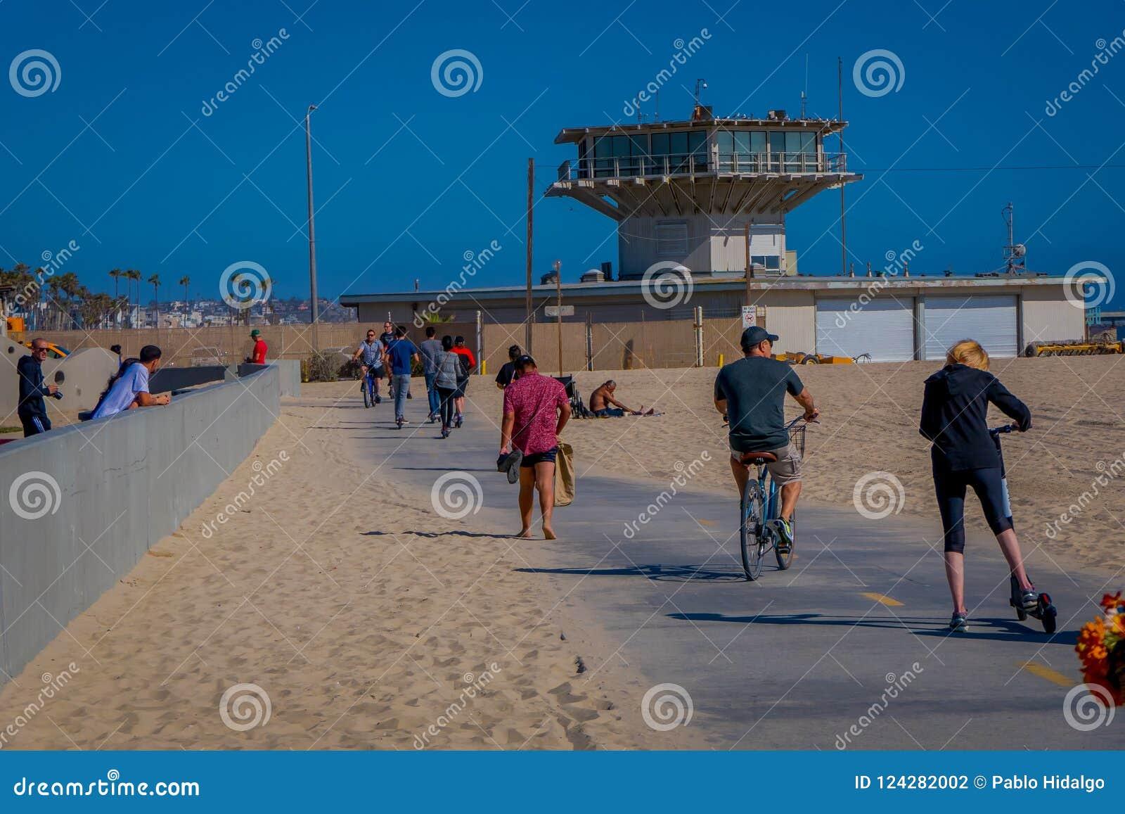 Los Angeles, Kalifornia, usa, CZERWIEC, 15, 2018: Plenerowy widok niezidentyfikowani ludzie przy Wenecja plażą w Snata Monica, cz