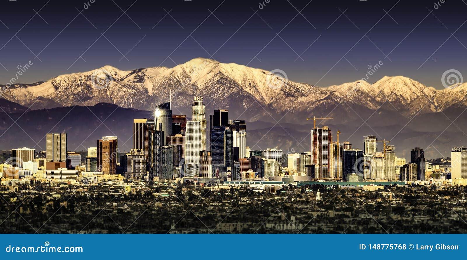 Los Angeles Kalifornien mit Schnee mit einer Kappe bedeckten Bergen