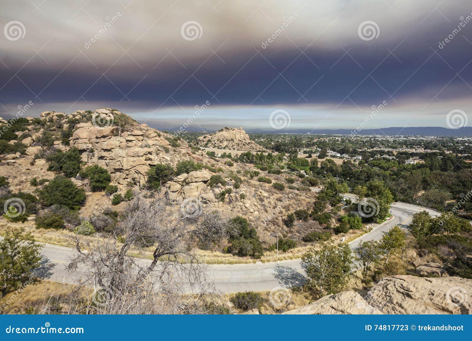 Los Angeles San Fernando Valley Mit Feuer Rauch Himmel Stockbild ...