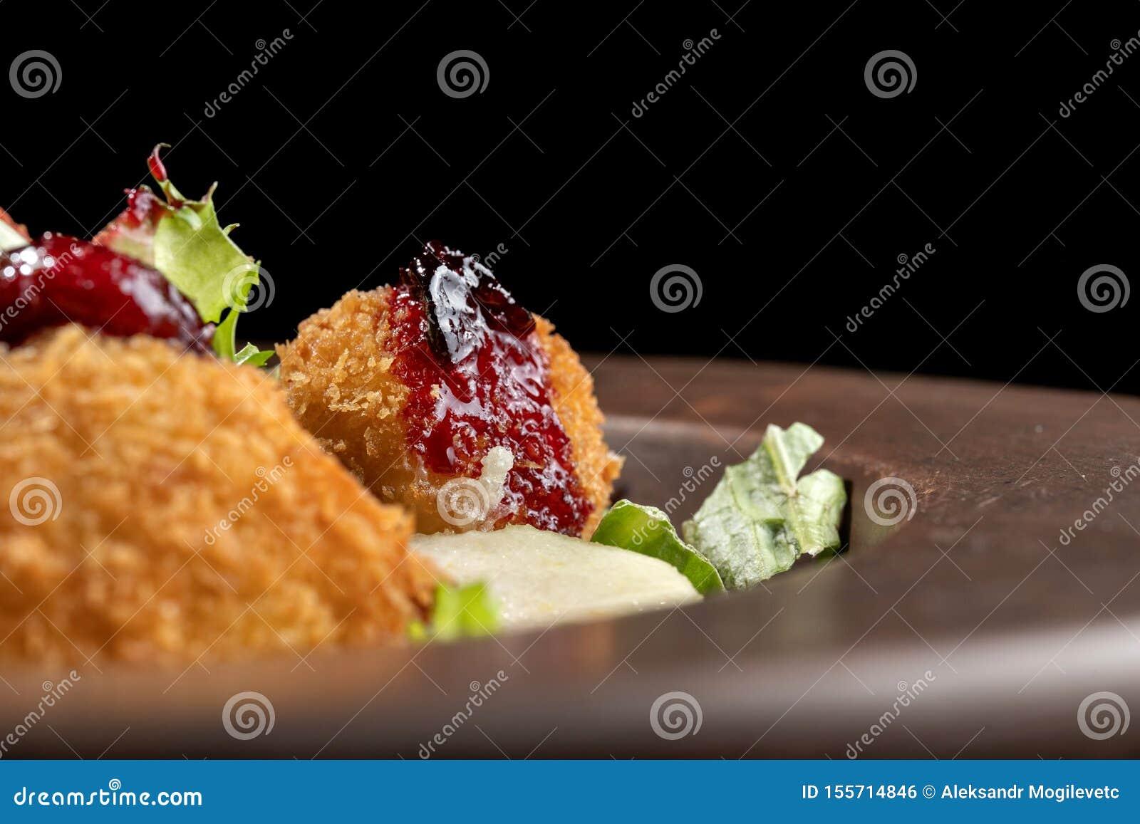 Los anillos de espuma hechos en casa sabrosos del queso atascan, vertido con la pera y salad-2