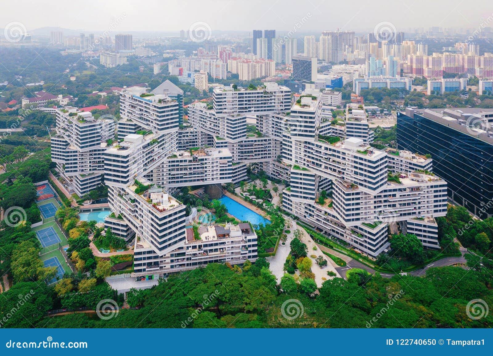 Los apartamentos del entrelazamiento en la ciudad y los rascacielos de Singapur