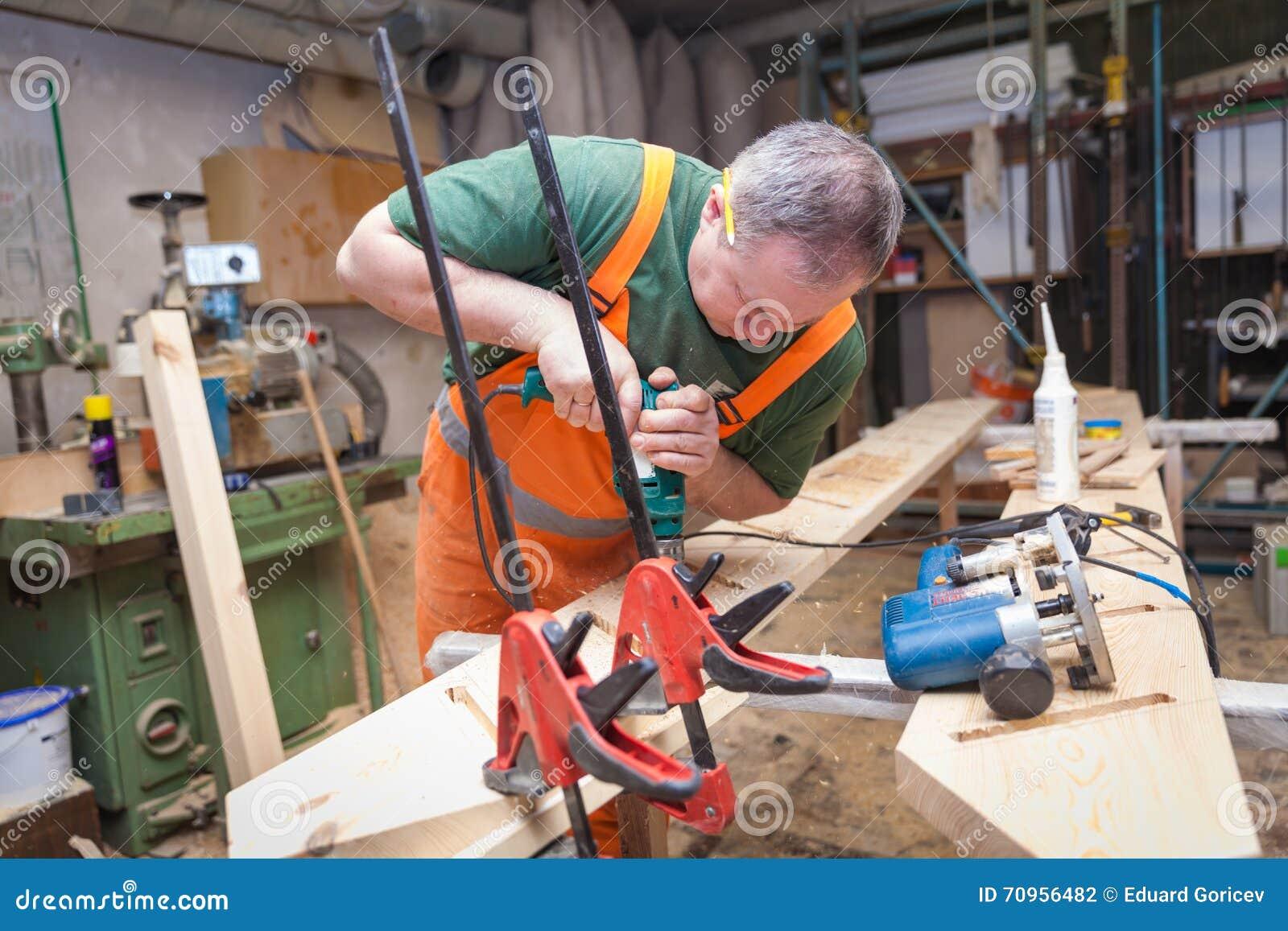los artesanos en artesana en madera preparan la placa foto de archivo