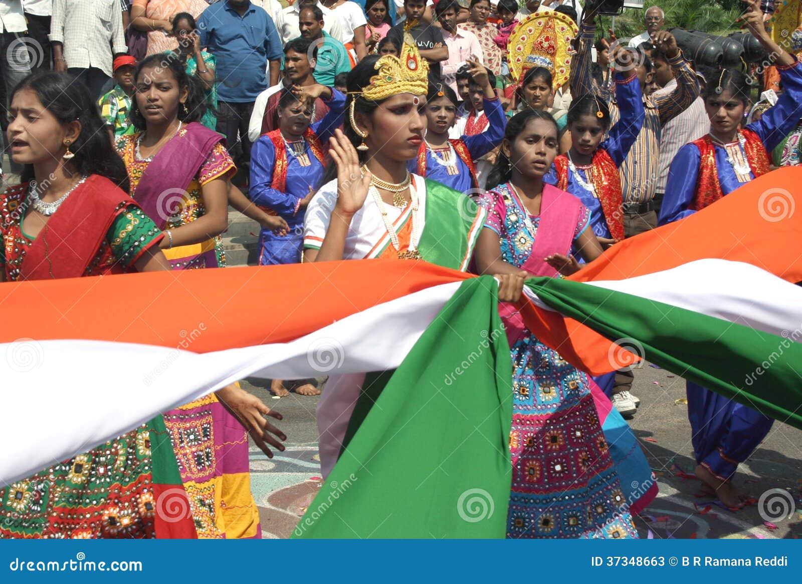 Los artistas se realizan realizan danza tradicional con la bandera nacional india