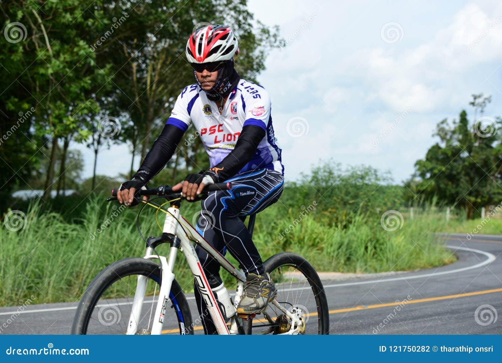Los atletas aficionados de la bici hacen la mayor parte de sus esfuerzos en el viaje de la caridad de la raza de bicicleta