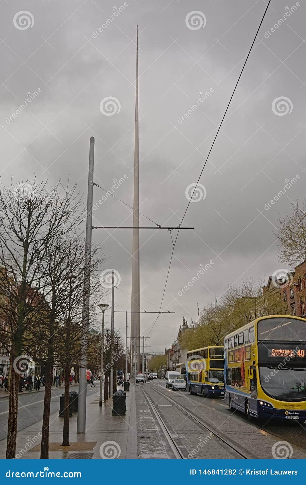 Los autobuses y el otro tráfico alrededor de Dublin Spire