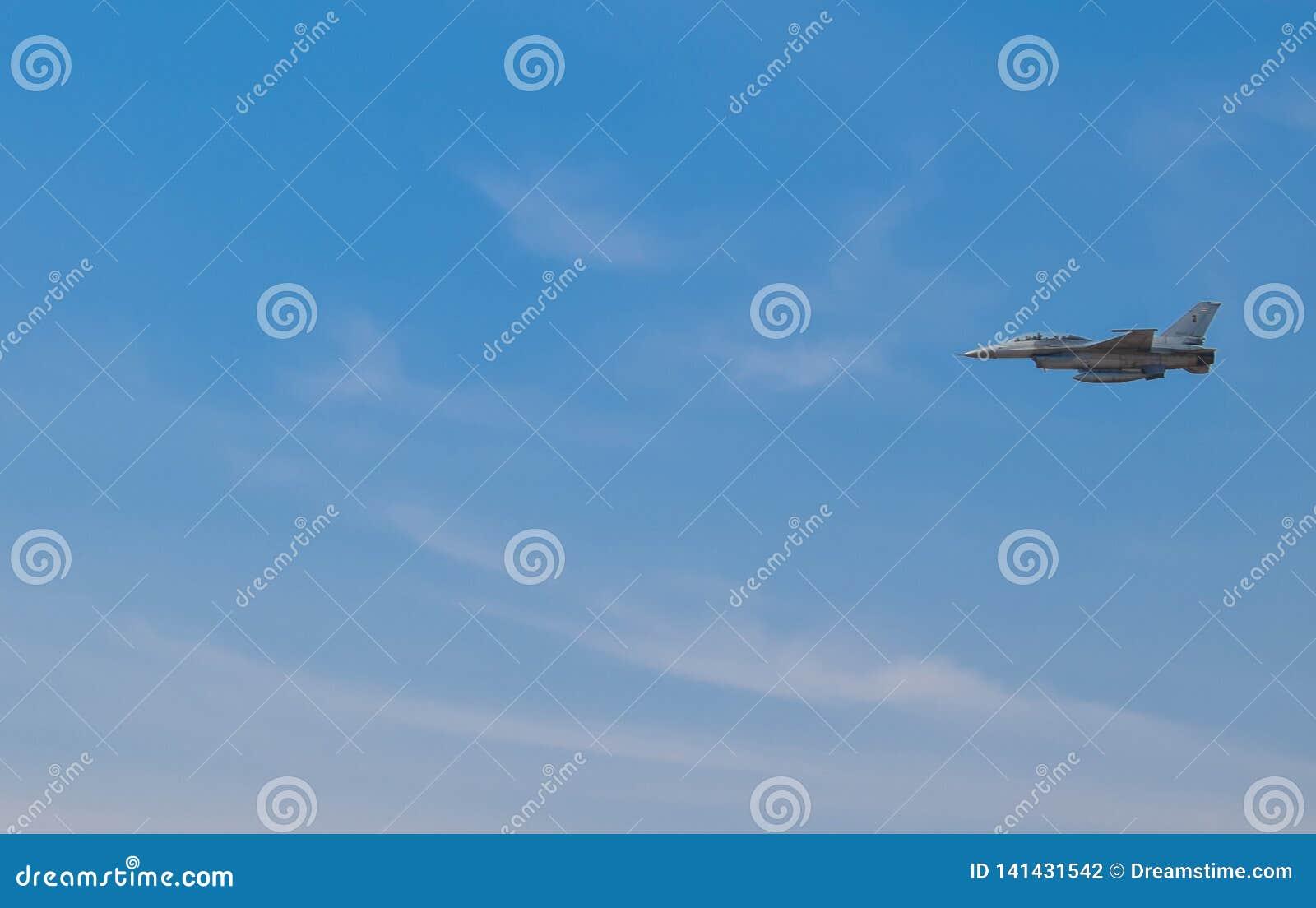 Los aviones de combate están volando sobre el espacio aéreo tailandés En el cielo azul brillante