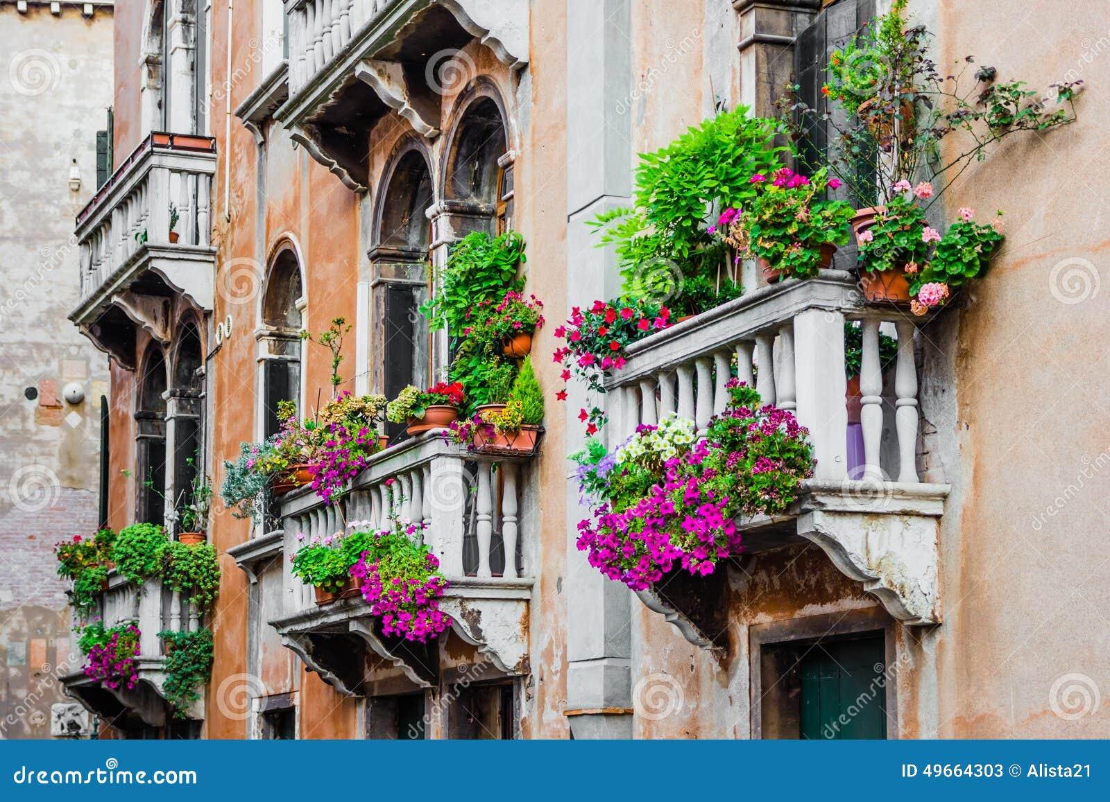 Los Balcones De La Casa Residencial En Venecia Adornaron Con Las - Fotos-de-balcones-con-flores