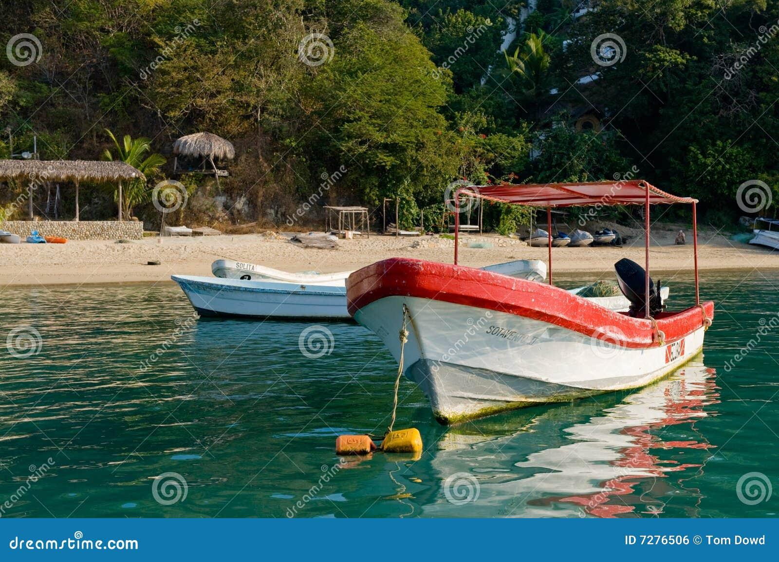 Los barcos amarraron por la playa escénica