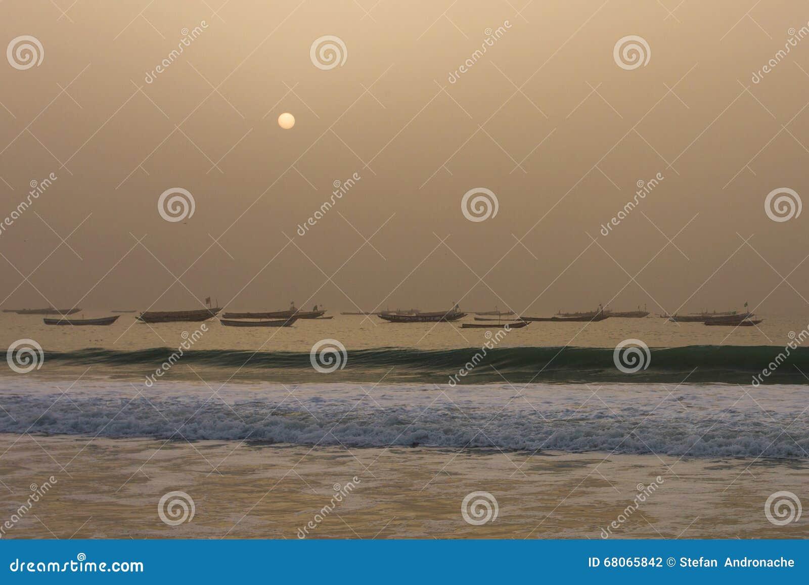 Los barcos de los pescadores en el Nuakchott, Mauritania (en la puesta del sol)