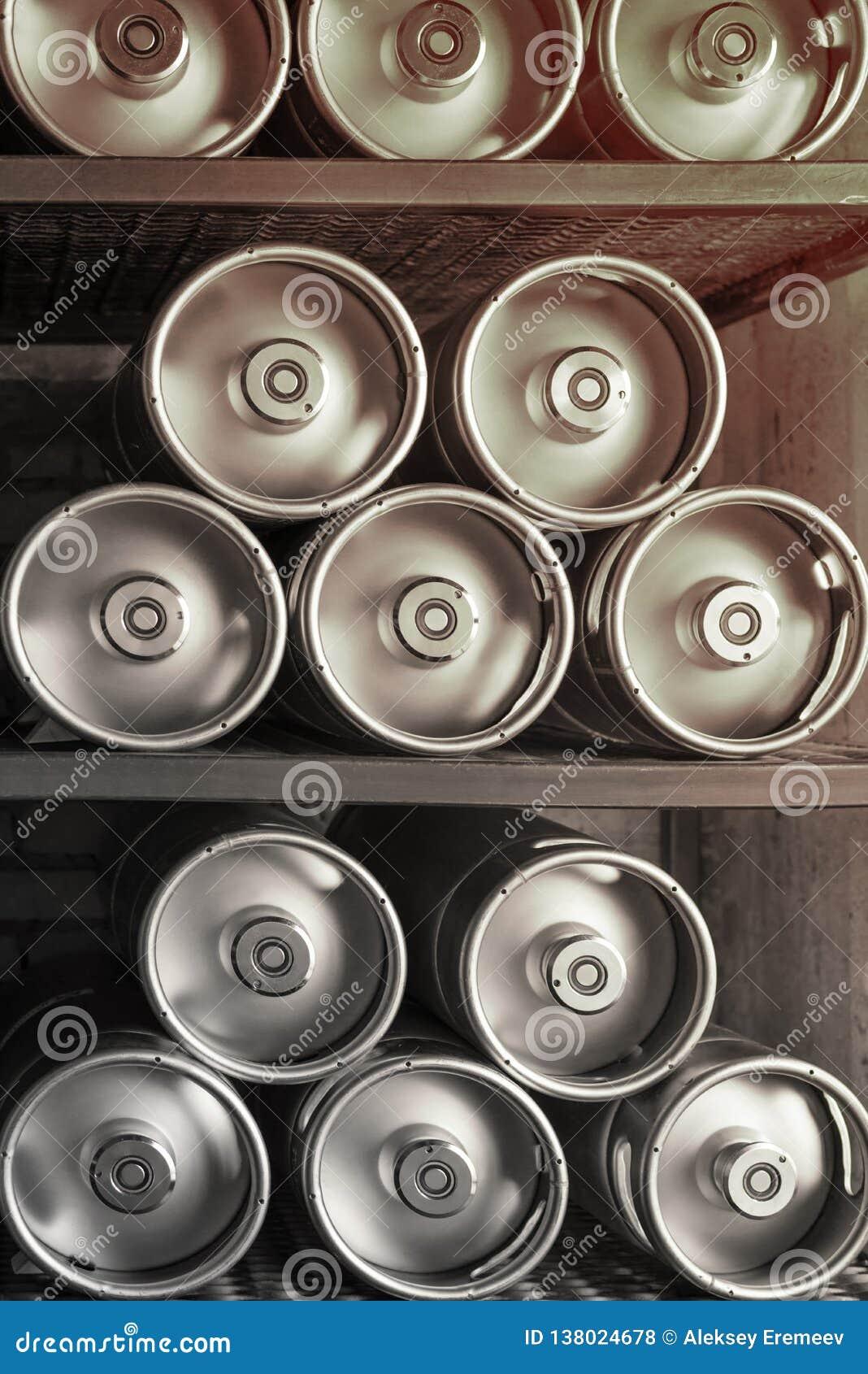 Los barriletes de cerveza del metal mienten en fila
