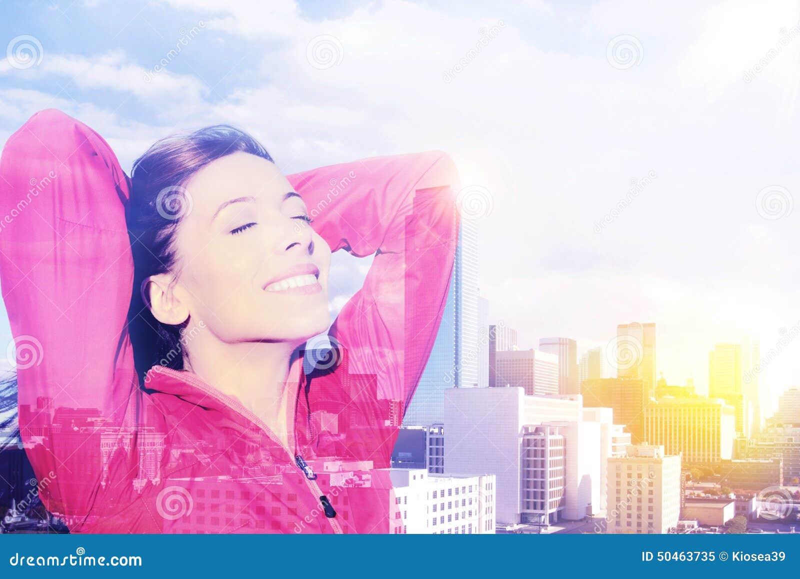 Los brazos felices de la mujer de la ciudad aumentaron en la alegría que tomaba la respiración profunda que celebraba la libertad