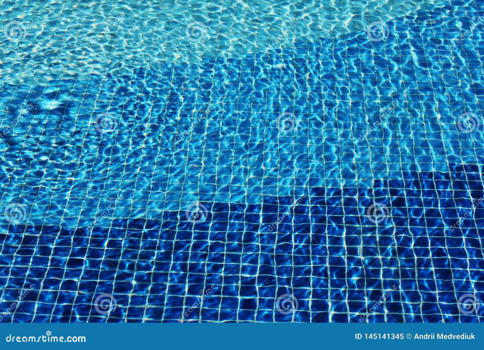 Los c?usticos inferiores del mosaico de la piscina ondulan como la agua de mar Textura de la superficie del agua Visi?n superior