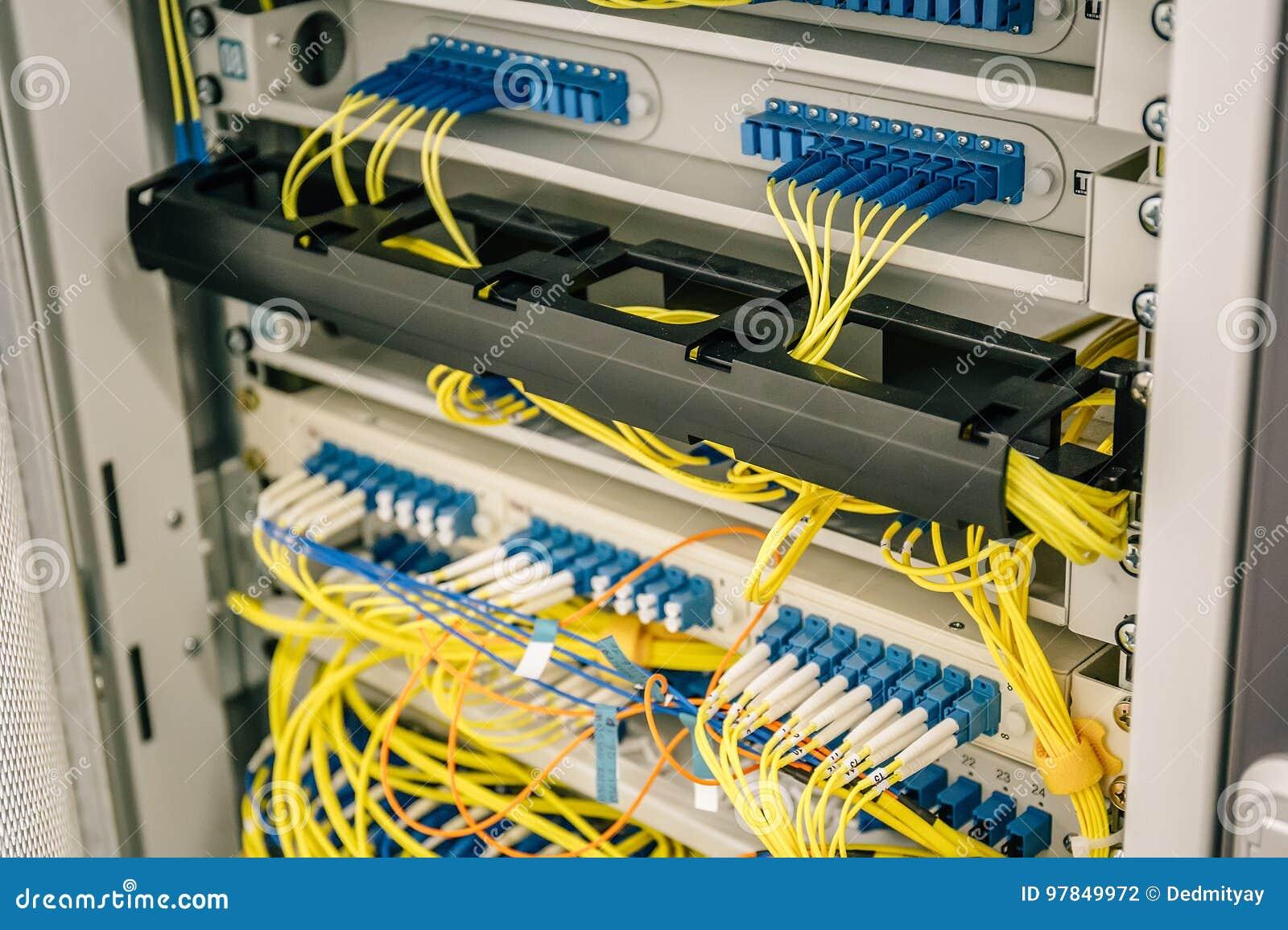 Los cables de la red conectaron con los interruptores puertos en armario del datacenter, web o el equipo celular del hardware del