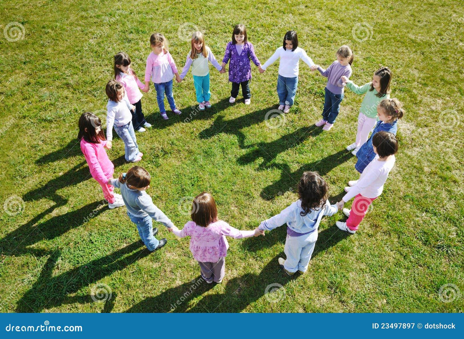 Los cabritos preescolares al aire libre se divierten