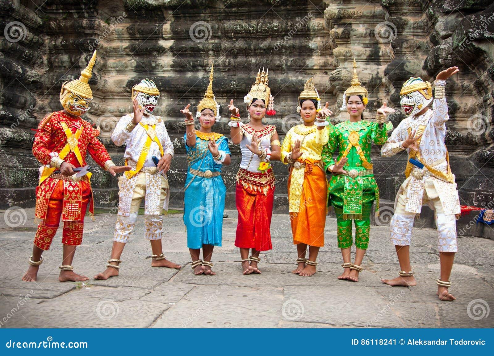 Los Camboyanos En Vestido Nacional Presentan Para Los
