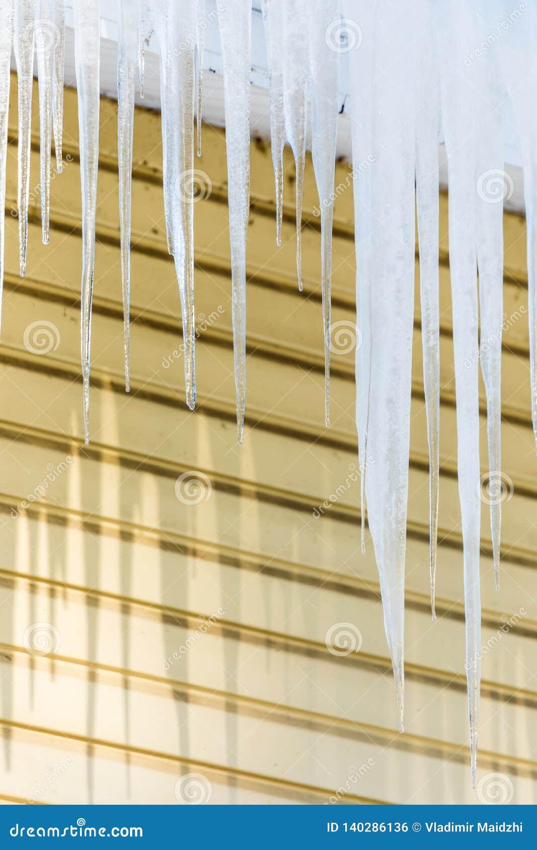Los carámbanos que cuelgan del borde del tejado