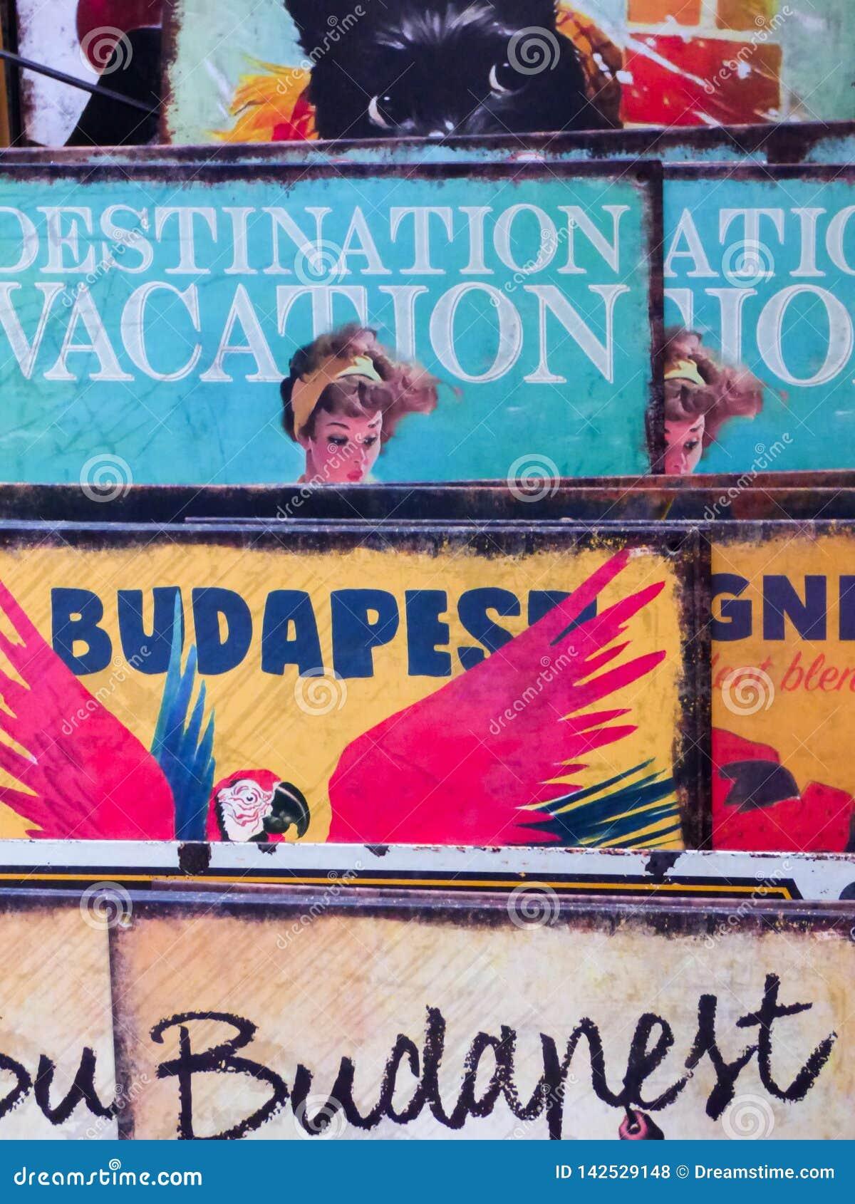 Los carteles/3/15 de Budapest, Hungría 19  de Budapest organizaron uno al lado del otro en una tienda de regalos minúscula para
