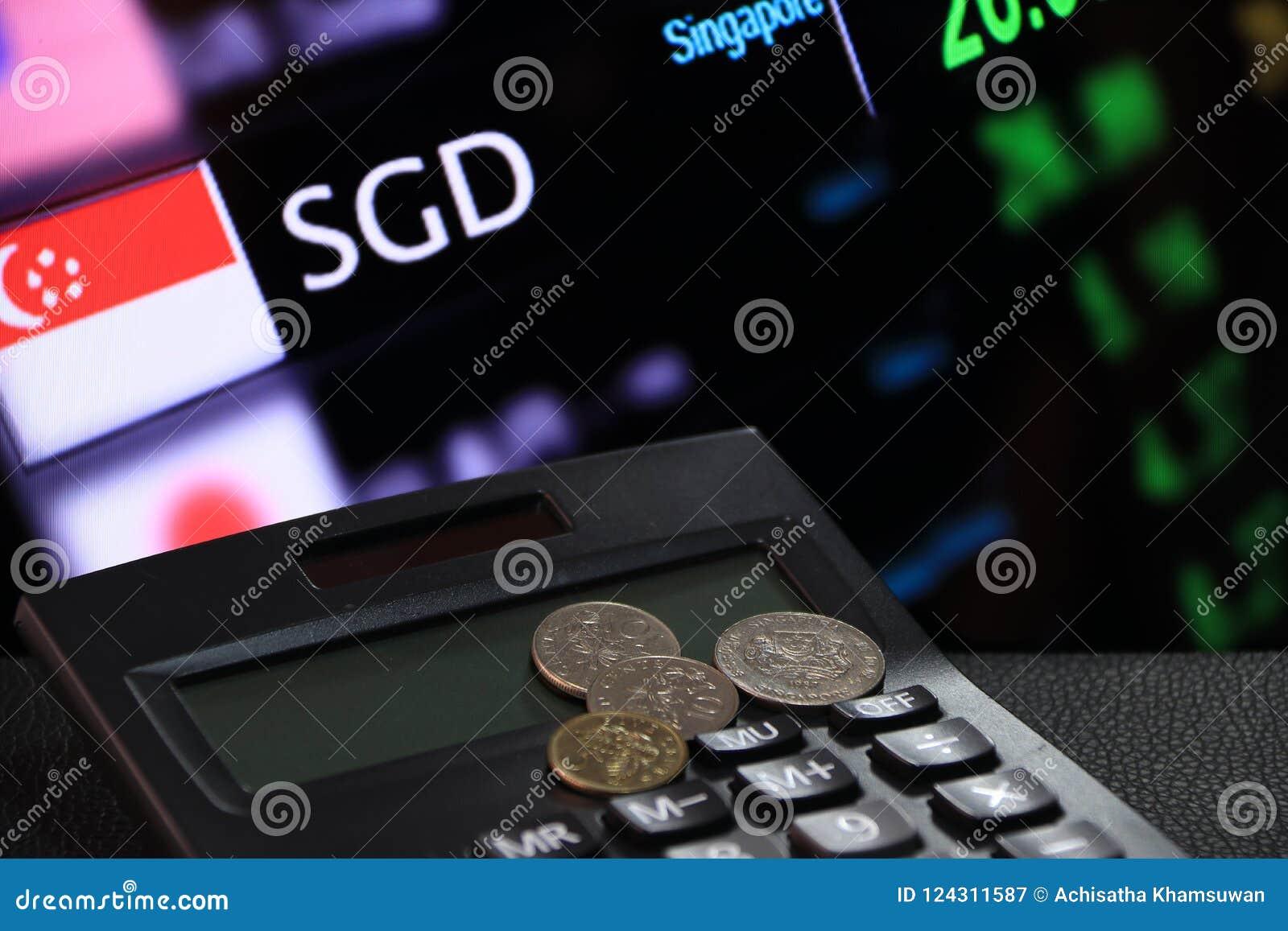 Los centavos de Singapur acuñan el SGD en la calculadora negra con el tablero digital de fondo del dinero del intercambio de mone