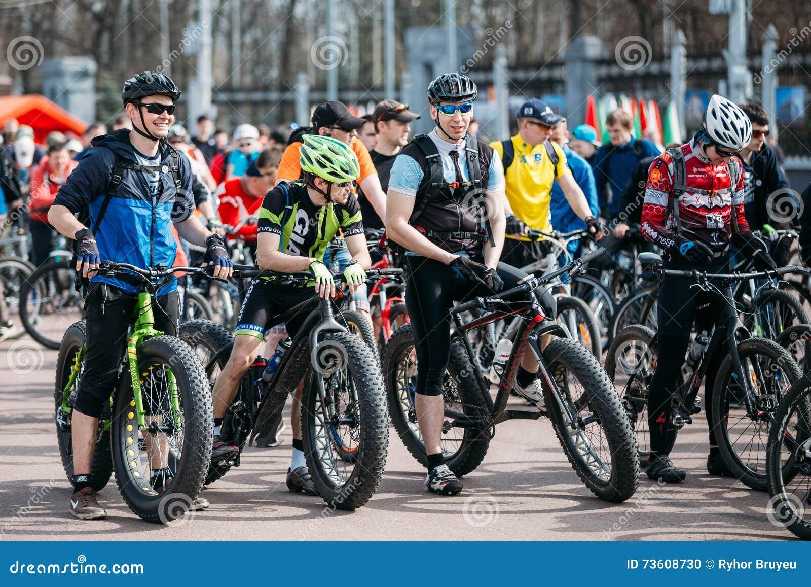 91968a31 Gomel, Bielorrusia - 10 de abril de 2015: Los ciclistas de los hombres  jovenes en la ropa de deportes para completar un ciclo en los neumáticos  gordos bikes ...