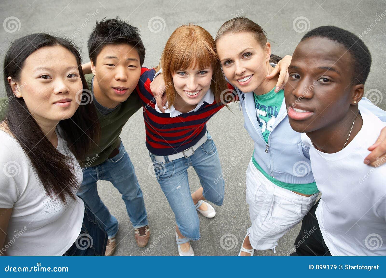 Los cinco paquetes - amigos multiculturales