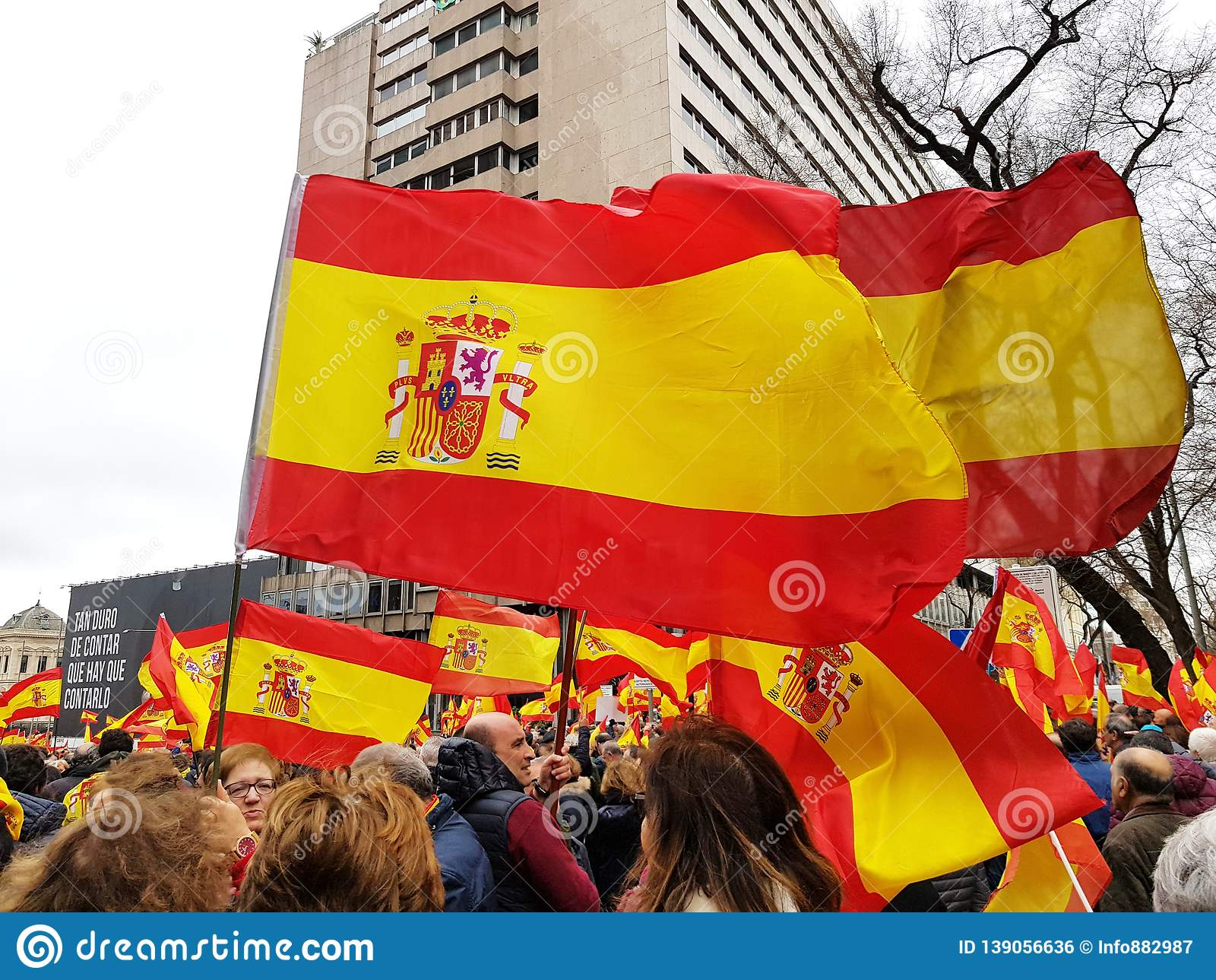 Los ciudadanos españoles asisten a la demostración contra el gobierno socialista en Madrid