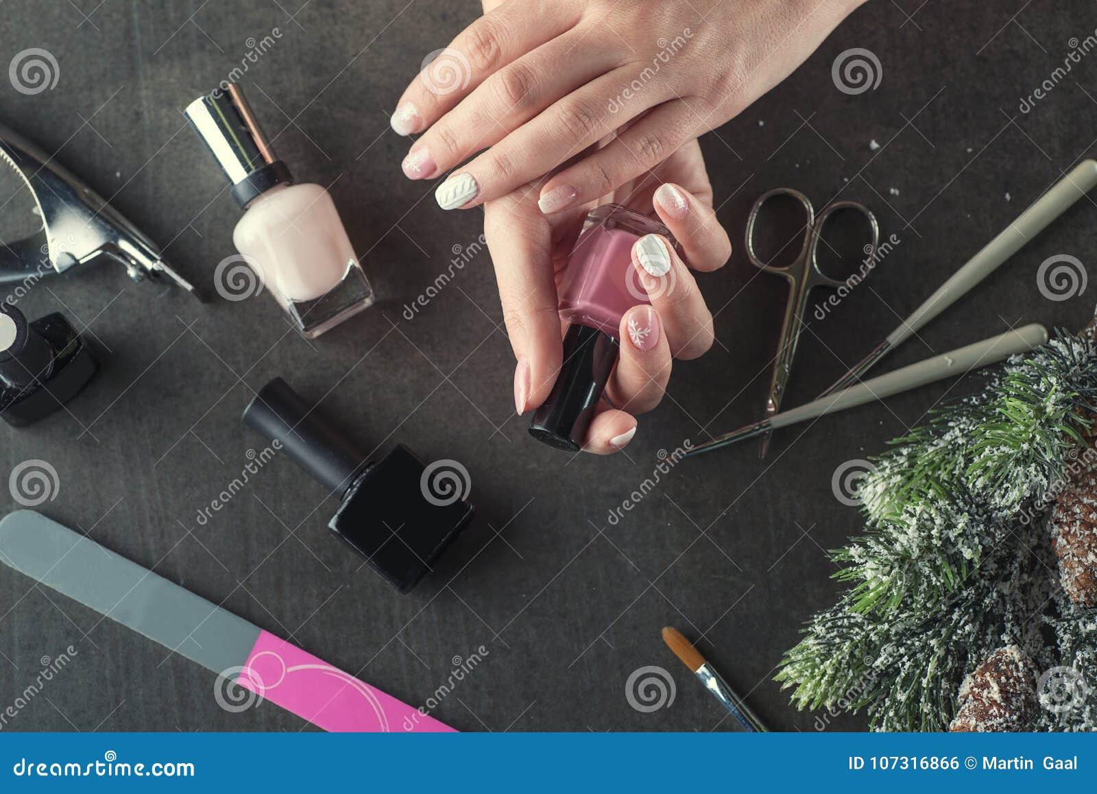 Los clavos del tema del invierno diseñan y manicure, los instrumentos para la manicura con las agujas