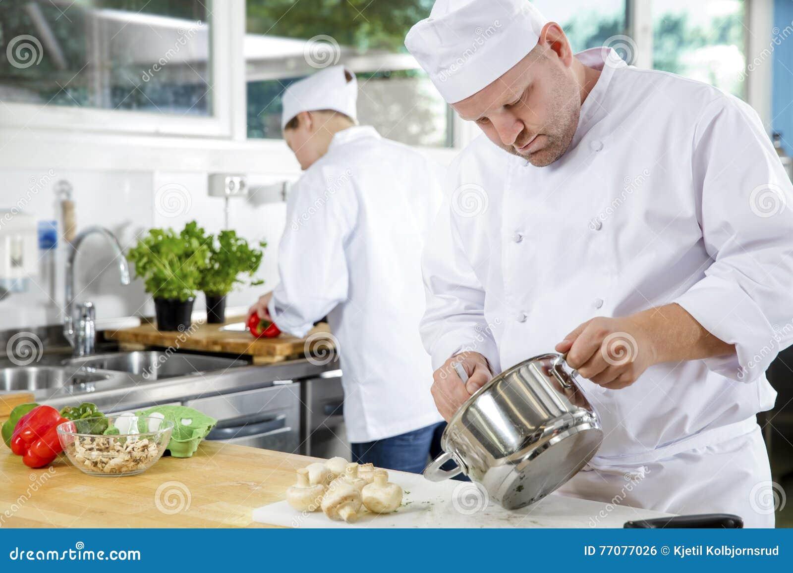 Los cocineros profesionales hacen platos de la comida en for Platos de cocina
