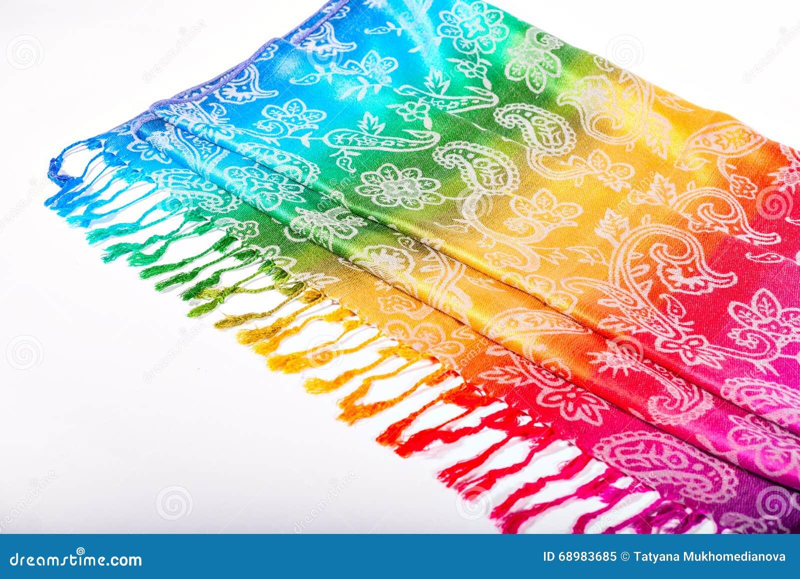 Los colores del arco iris congriegan en tela india como fondo