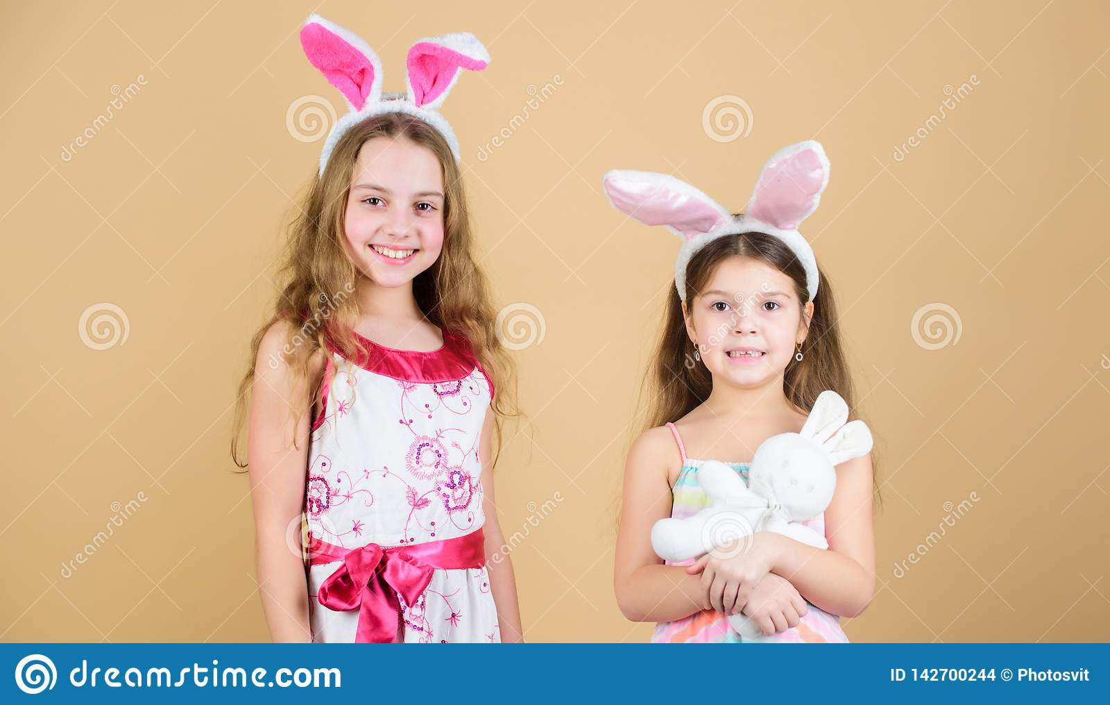 Los conejos de conejito son tan lindos Niños felices que celebran Pascua Niños en el estilo del conejito de pascua que lleva a ca
