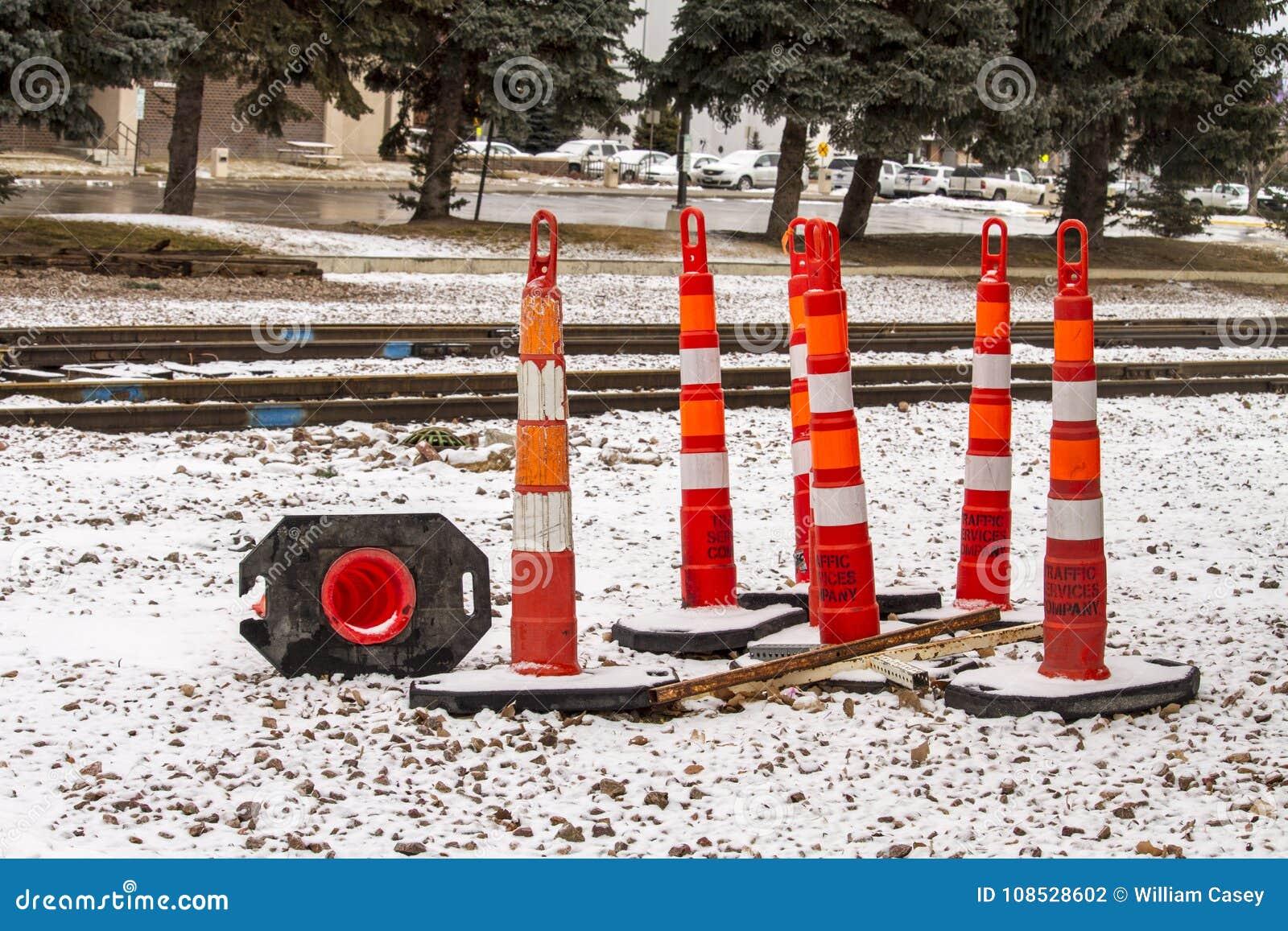 Los conos del camino cerca entrenan a vías