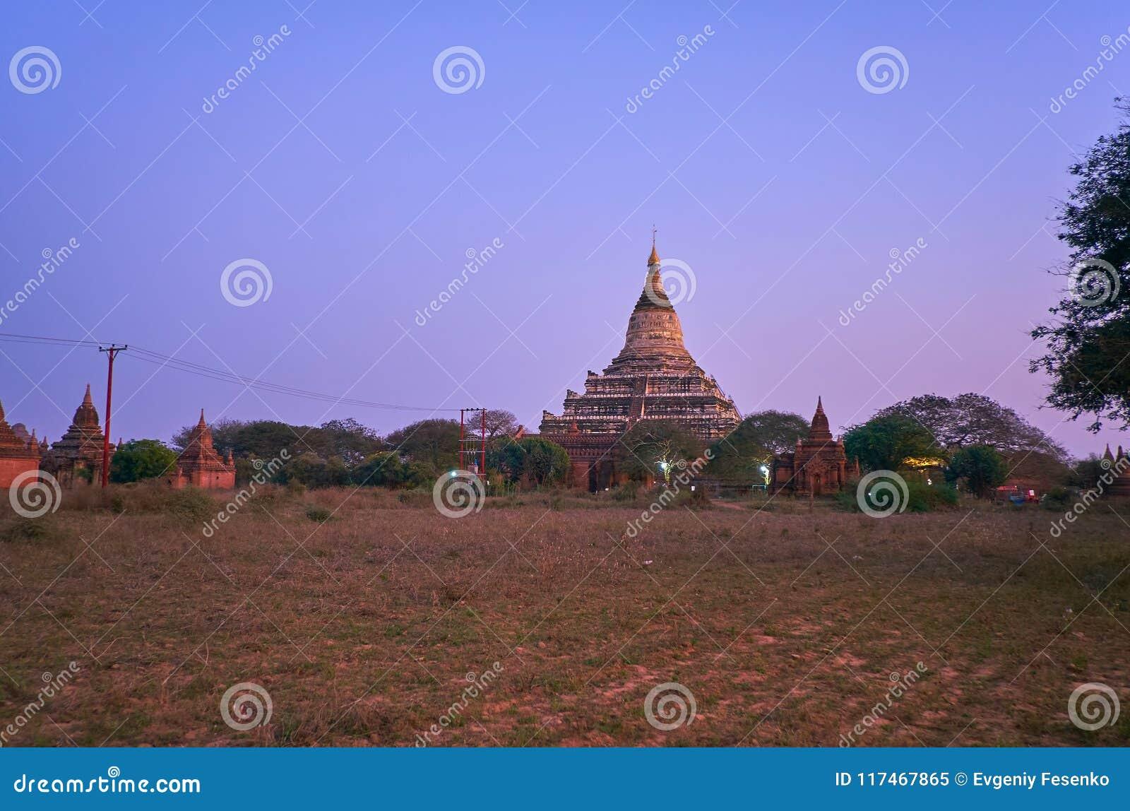 Los crepúsculos en el parque arqueológico de Bagan, Myanmar
