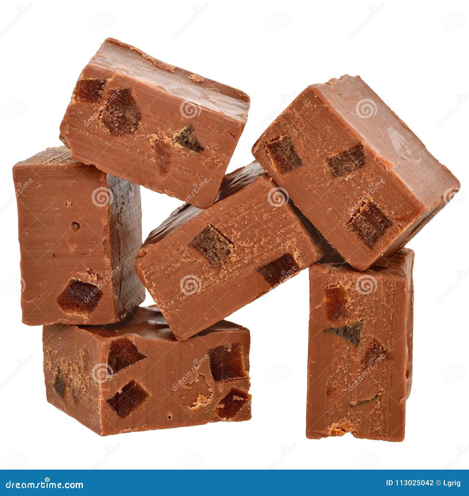 Los cubos del chocolate con leche llenaron de la fruta escarchada anaranjada aislada