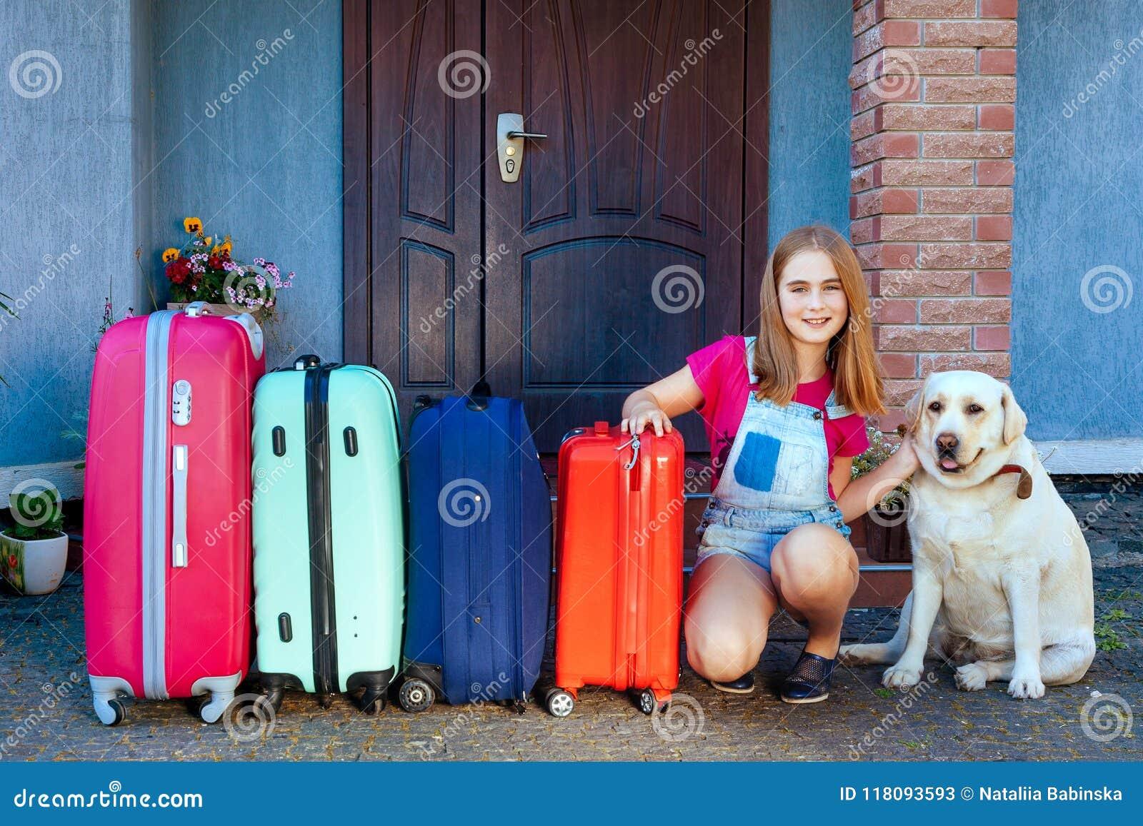 Los días de fiesta listos de la casa del equipaje del niño de la muchacha del perro de Labrador del sol del verano del coche fami