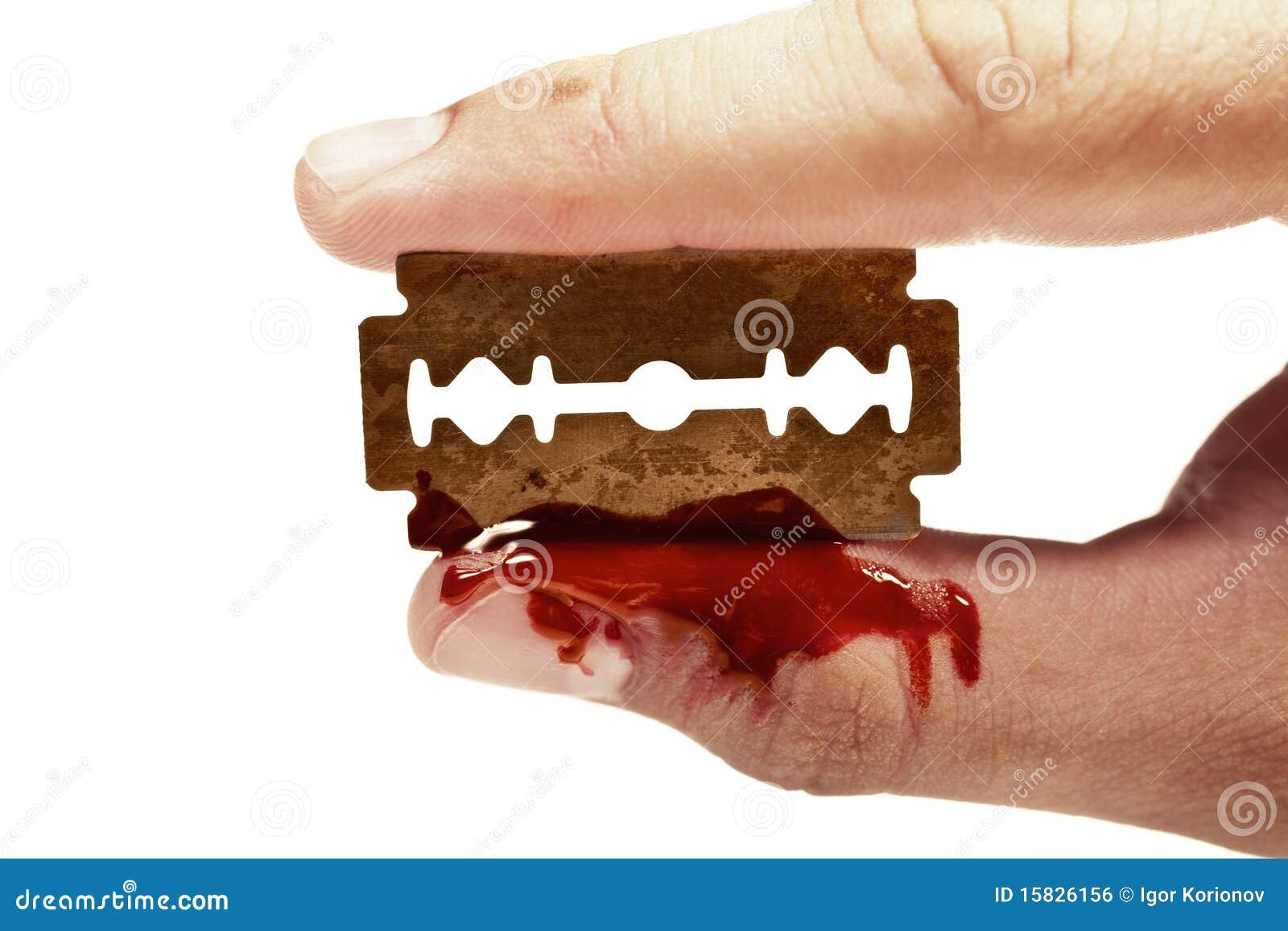 Los dedos guardan la maquinilla de afeitar oxidada vieja con sangre