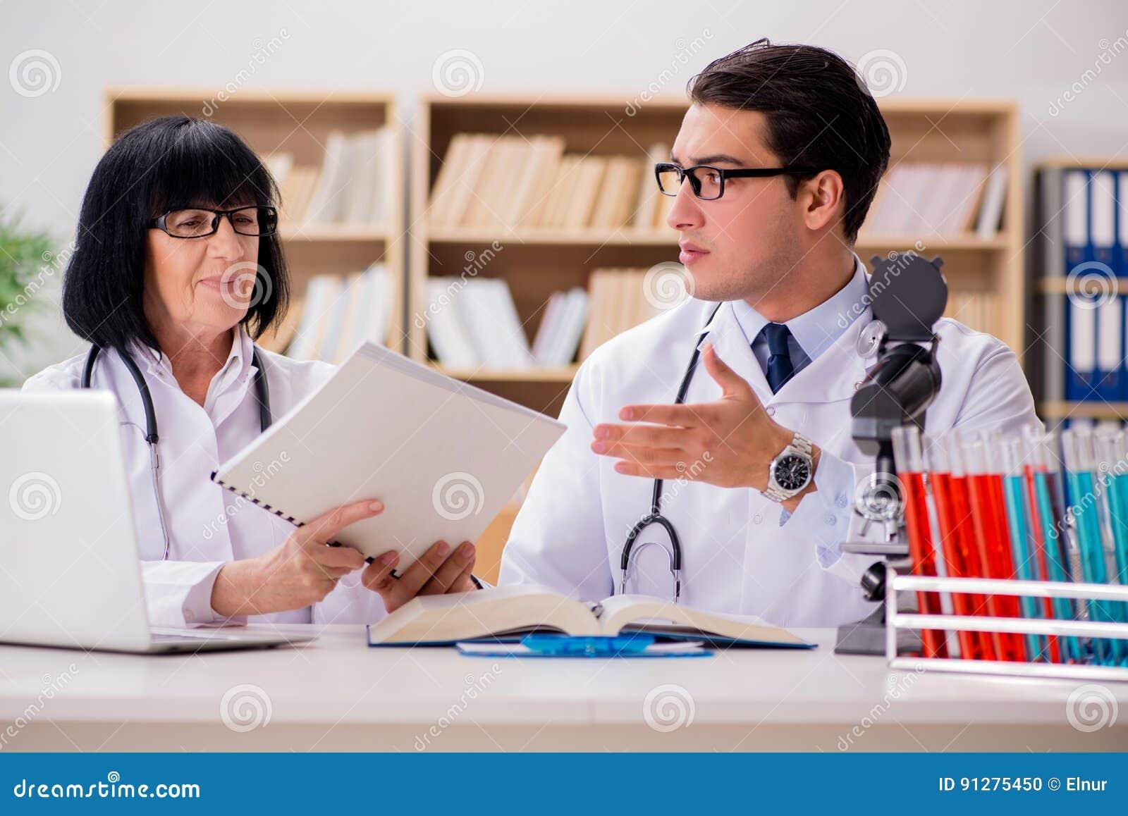 Los dos doctores que trabajan en el laboratorio