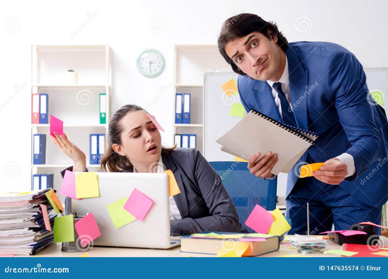 Los dos empleados de los colegas que trabajan en la oficina