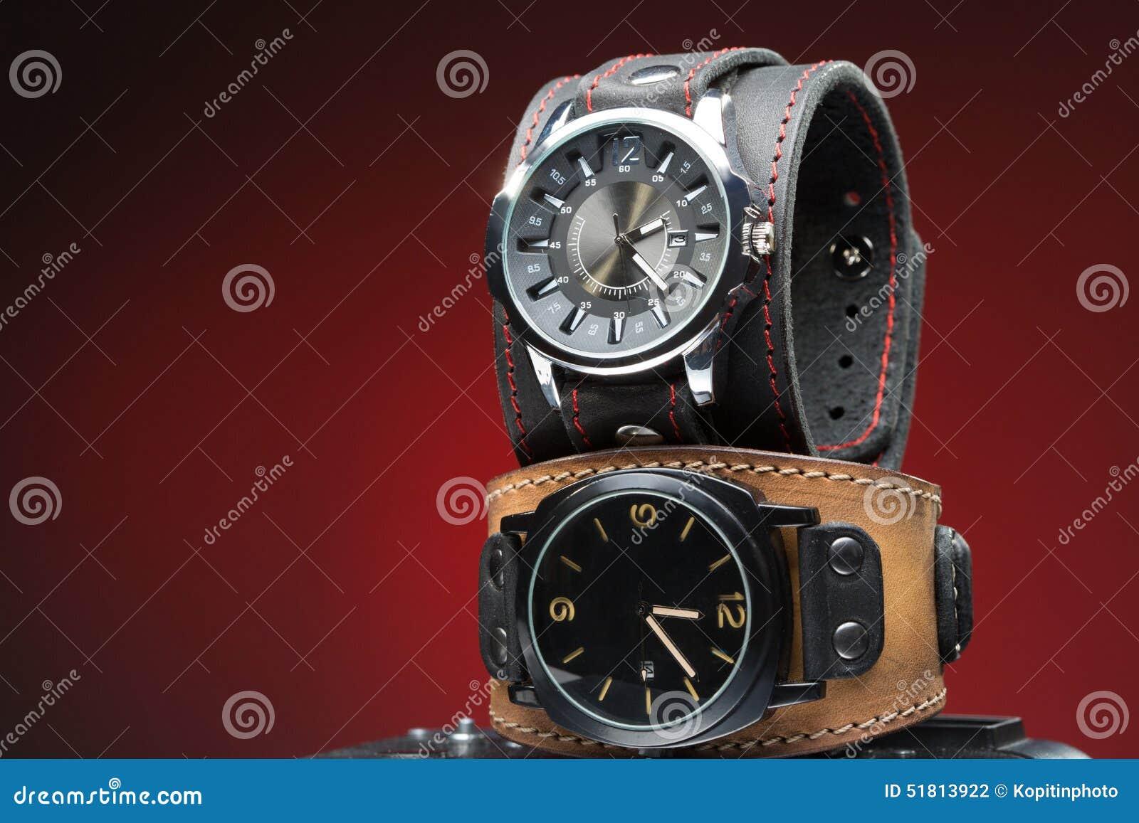 los dos relojes de los hombres con la pulsera de cuero