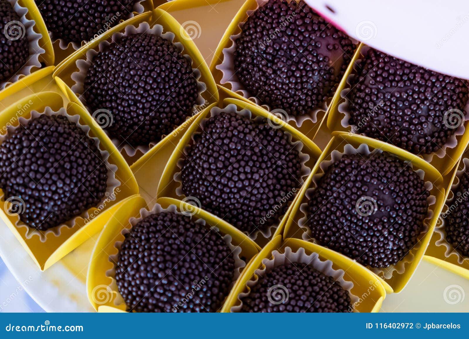 Los dulces brasileños llamaron el brigadeiro, distribuido en la tabla del partido que se consumirá